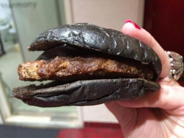 all-black-macdonalds-panino-tutto-nero-04